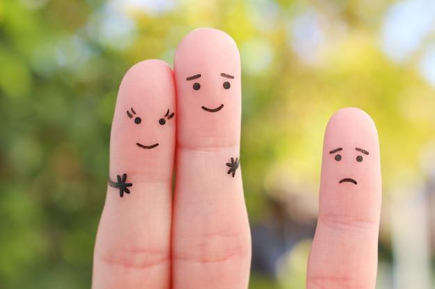 Искусство пальцев счастливой пары. мужчина целует женщину в щеку. ребенок злится.