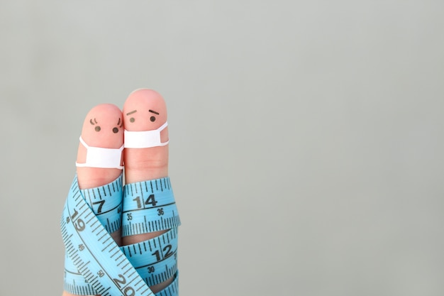 Искусство пальцев счастливой пары с рулеткой. концепция спортивных людей в медицинской маске от covid-2019.