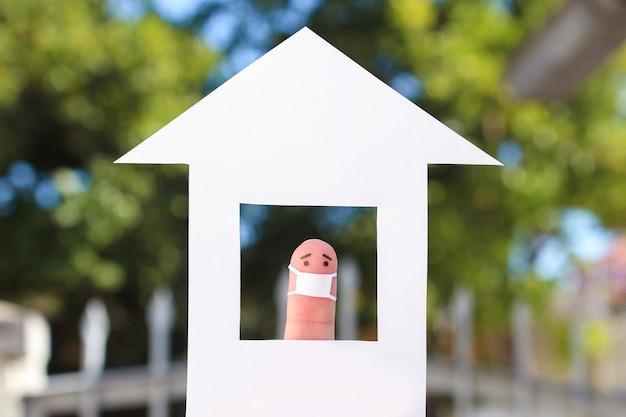Пальцы искусство одинокого человека с маской для лица дома.