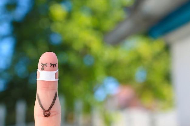 도보에 얼굴 마스크와 외로운 여자의 손가락 예술.