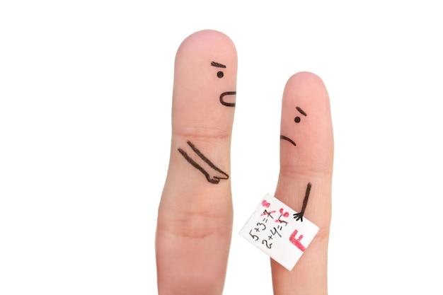 Пальцевое искусство людей. концепция мальчика получила плохую оценку, человек ругает ребенка.