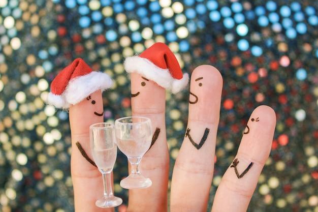 Пальцевое искусство людей во время ссоры в новый год. соседи по концепции ссорятся из-за нарушения молчания.