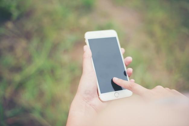 Пальцы в мобильном экране