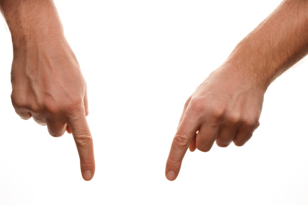 指は白で隔離された何かを指しています