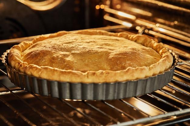 焼いた後、オーブンでチャードパイを完成させました。ステップバイステップのレシピ。