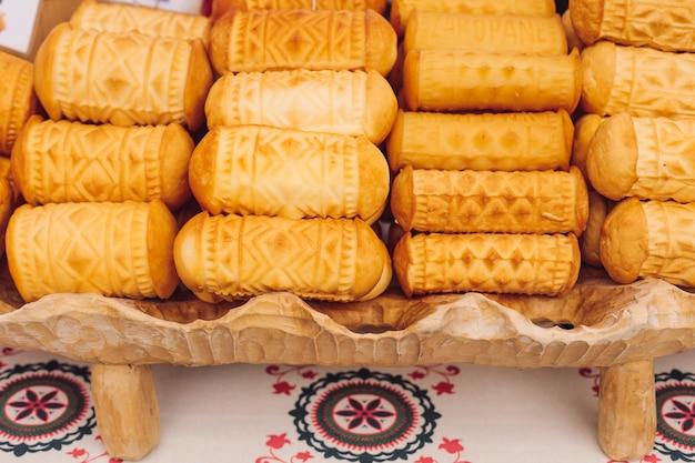 Готовый жареный сыр лежит на декоративном подносе на прилавке летнего кафе. национальная кухня. отдыхай и путешествуй. вкус и удовольствие. натуральная еда. рецепты и традиции.