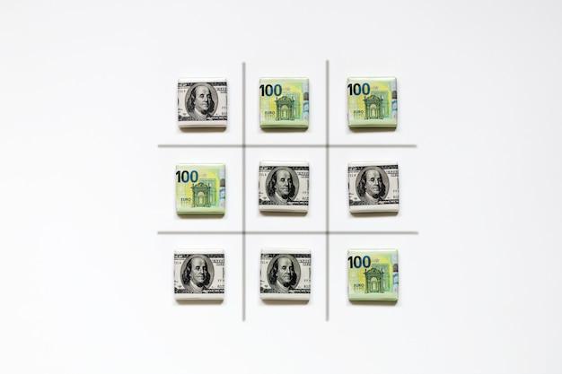 달러와 유로 지폐에서 tic-tac-toe의 대치 게임 완료