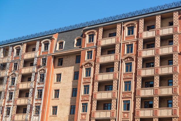 새로운 주거용 건물의 정면에서 마무리 작업