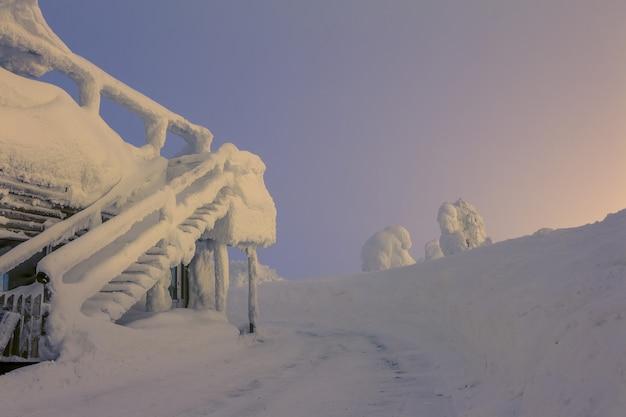 핀란드. 눈보라 후 계단이 있는 집. 새벽