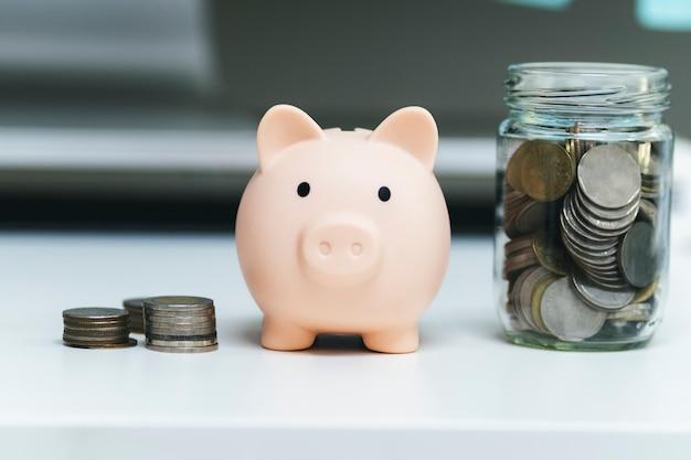 Finnace、お金と投資の概念を節約します。貯金箱とコイン。