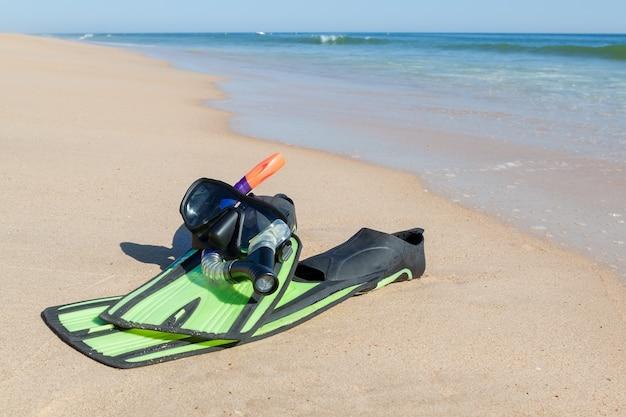 フィン、シュノーケル、ダイビング用マスク。ビーチで海。