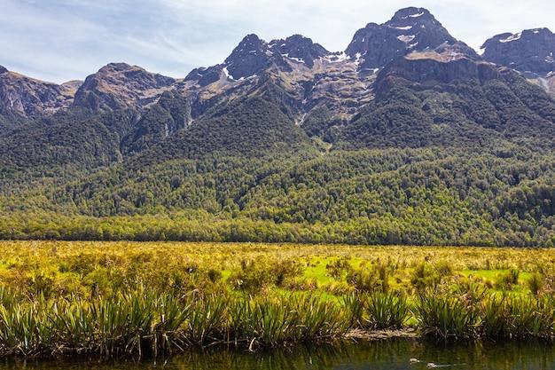 Озеро фьордлендских озер в новой зеландии