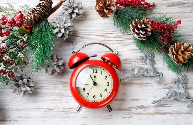 Еловые ветки и часы на столе. новый год