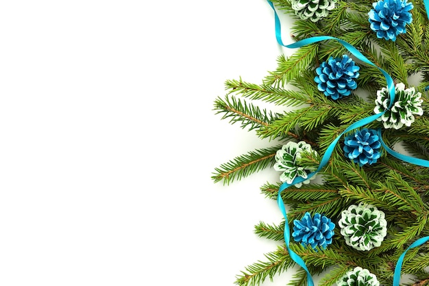 Еловые ветки и красочные шишки на рождество.