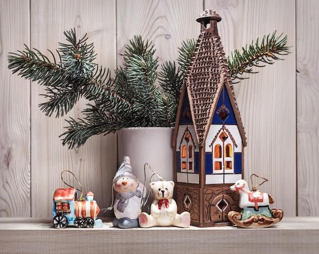 モミの枝やその他のクリスマスアクセサリー。