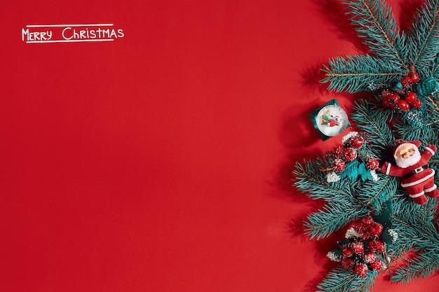크리스마스 배경에 좋은 빨간색 배경에 전나무 가지 테두리. 평면도. 플랫 레이. 공간을 복사합니다. 정물. 비문 - 메리 크리스마스와 새해