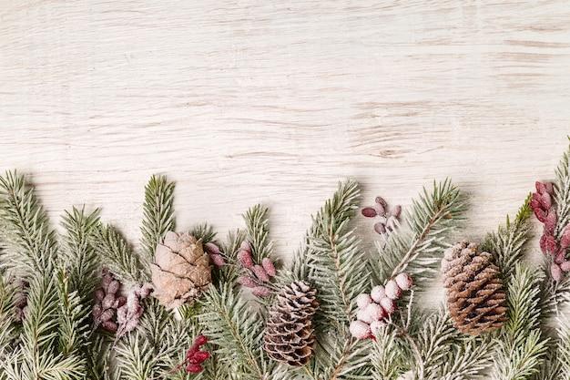 クリスマスの装飾とコピースペースのあるモミの枝