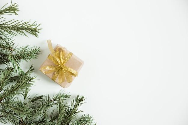 전나무 소나무 가지. 복사 공간에 공예 선물 상자 크리스마스 트리. 미니멀리스트 스칸디나비아 스타일. 크리스마스 트리 flatlay