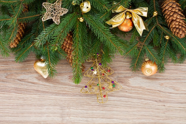 나무 배경에 콘과 크리스마스 장식이 있는 전나무 테두리