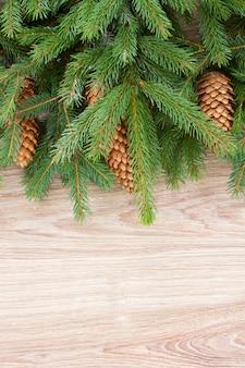 나무 배경에 콘과 전나무 나무 테두리