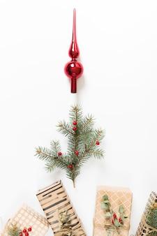 Filiale di albero di abete con albero di natale giocattolo e regali