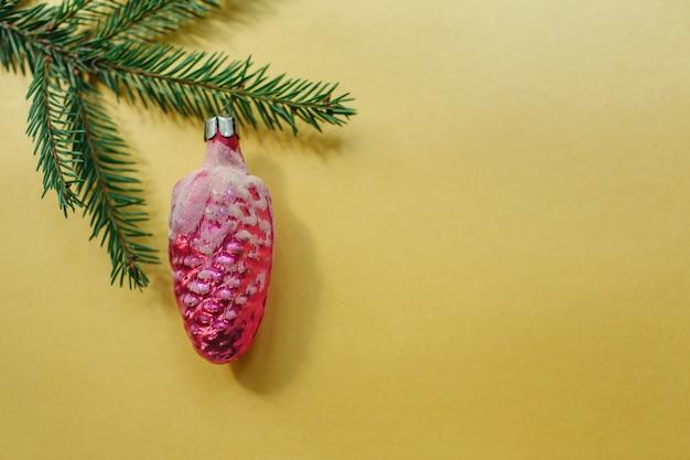 골드 배경에 전나무 트리 branche 및 크리스마스 장난감. 평면 위치, 평면도, 복사 공간. 새해 개념.