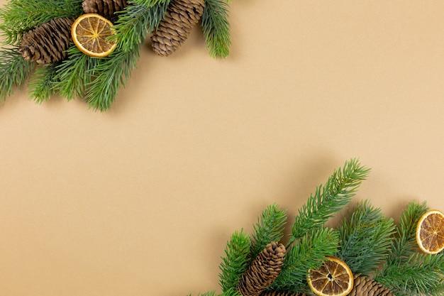 전나무 나무 가지와 종이 바탕에 크리스마스 장식
