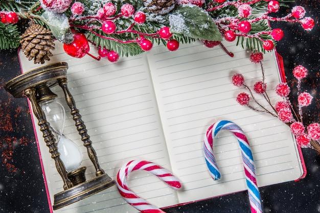 モミの木の枝と空白のノートブックの装飾