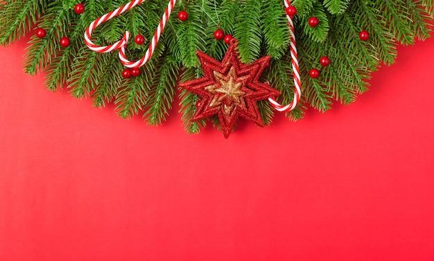 モミの木の枝や装飾品