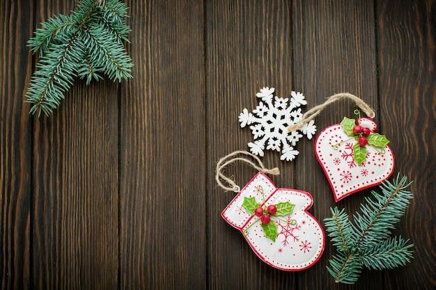 モミの木の枝、クリスマス飾り付きのさまざまな木のおもちゃ