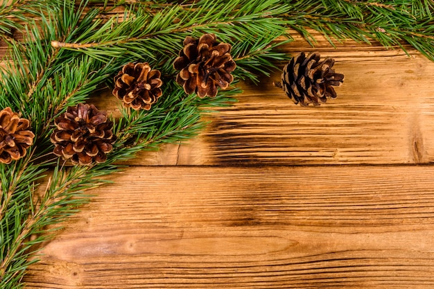 素朴な木製のテーブルの上のモミの木の枝