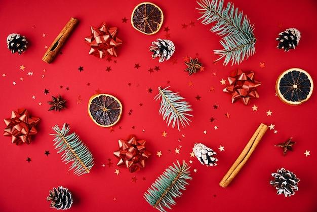 クリスマスの装飾が施されたモミの木の枝