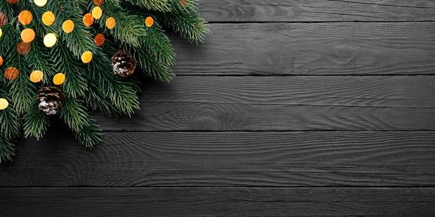 松ぼっくりと黒いテーブルの上のモミの木