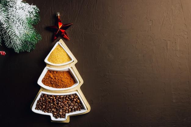 Коробка в форме ели с коричневым сахаром, молотым кофе и кофейными зернами