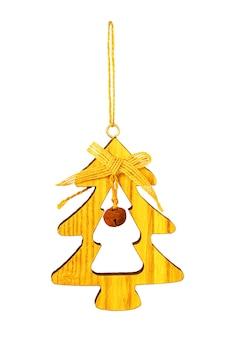 白で隔離されるモミの木のおもちゃ。手作りの木製のクリスマスツリー。