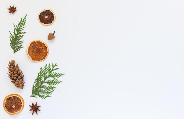 전나무 나뭇 가지와 스타 아니스, 흰색에 마른 감귤류와 나무 콘