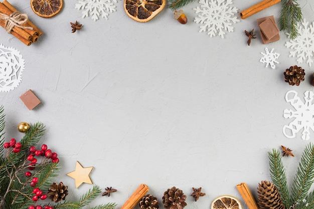 Еловые ветки, орнамент снежинки и коряги