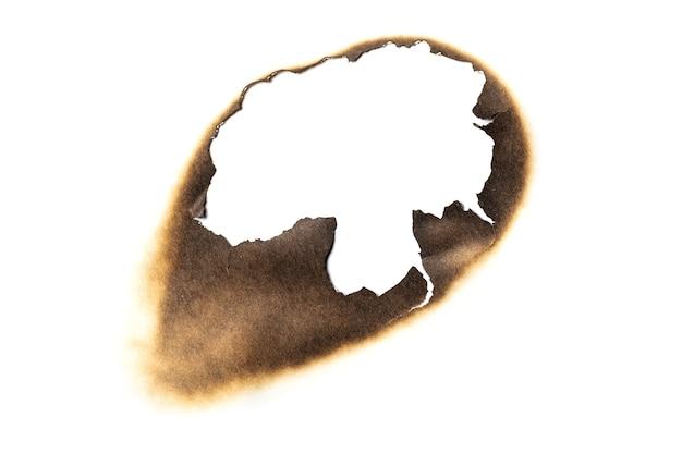 화재 구운된 구멍 백서 배경 질감 흰색 배경에 고립. 종이 화상 자국 얼룩.