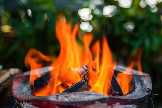 ストーブで赤熱した炭を燃やす