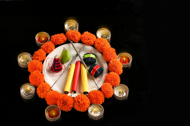 爆竹、暗い背景のランプと花、インドの祭りディワリ祭