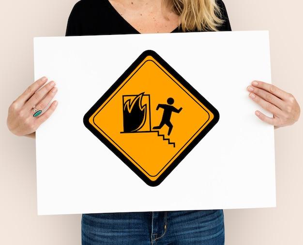 Знак аварийного внимания пожарного выхода