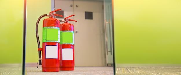 Резервуар для огнетушителя с выходной дверью в здании.