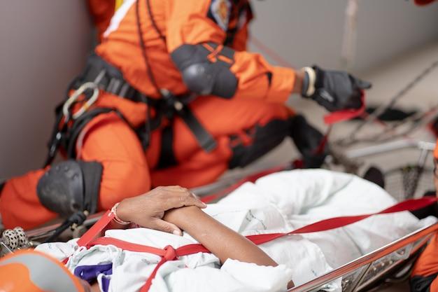 화재 지역에서 사람들을 이송하기 위해 일하는 소방관