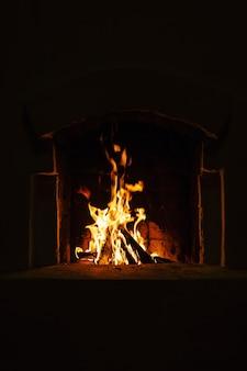 Пламя огня в камине.