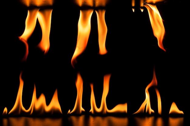 Fuoco fiamme su sfondo nero