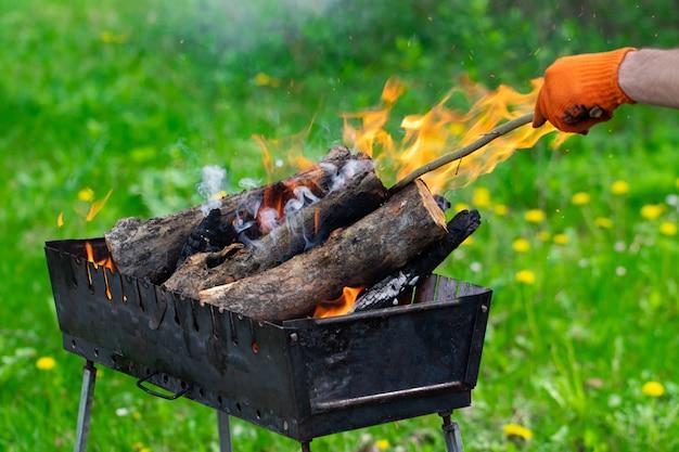 Огонь, пламя из древесных углей для пикника на гриле или барбекю, дым и дрова
