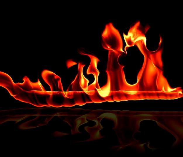 추상 미술 검은 배경에 불길, 불타는 붉은 뜨거운 불꽃이 상승, 불타는 오렌지 빛나는 비행 입자