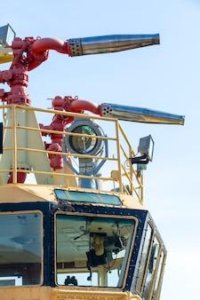 Пожарный гидрант на морской лодке против голубого неба