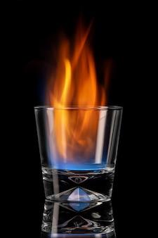 火の要素である黒い背景のガラスシートで火を燃やす