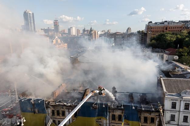 キエフの3階建ての家で火災